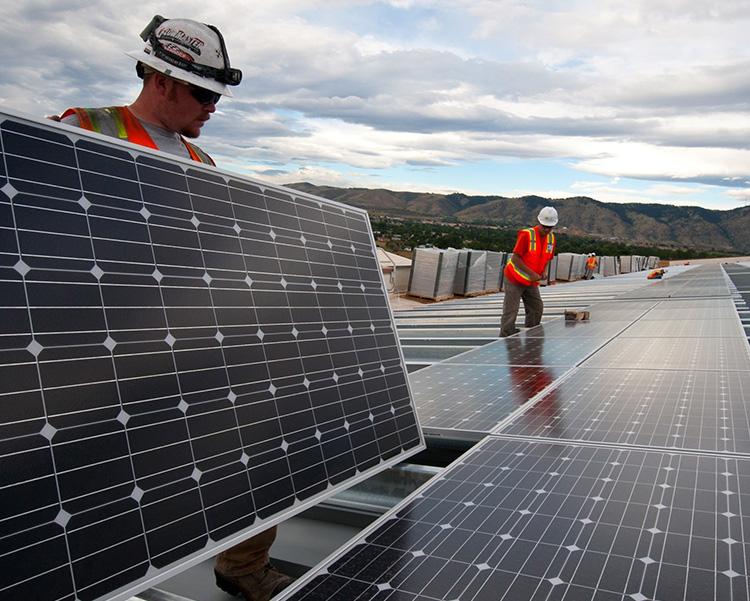 montando-paneles solares